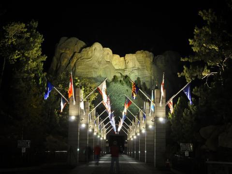 夜にライトアップされたラシュモア山に刻まれた有名な顔