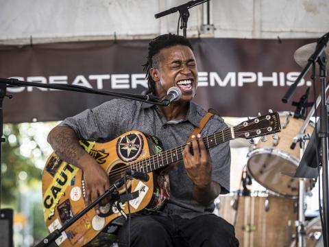 センター・フォー・サザン・フォークロア・フェスティバルに出演する演奏者