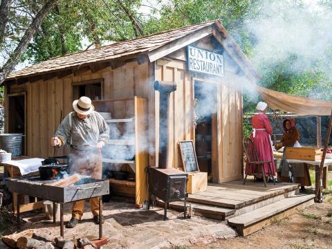 コロンビア州立史跡で再現されるコロンビア・ディギンズ・ゴールド・ラッシュ・テント・タウン