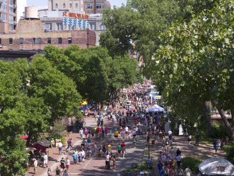 メインストリートはストーン・アーチ・ブリッジ・フェスティバルの中心地