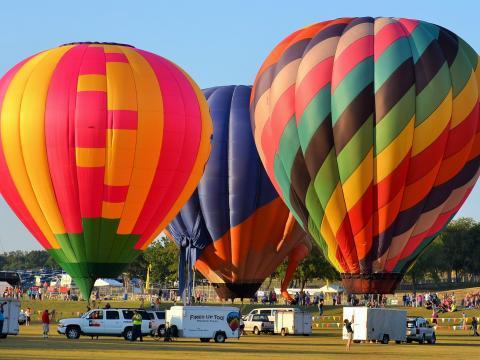 プレイノ・バルーン・フェスティバルで離陸しようとしているカラフルな気球