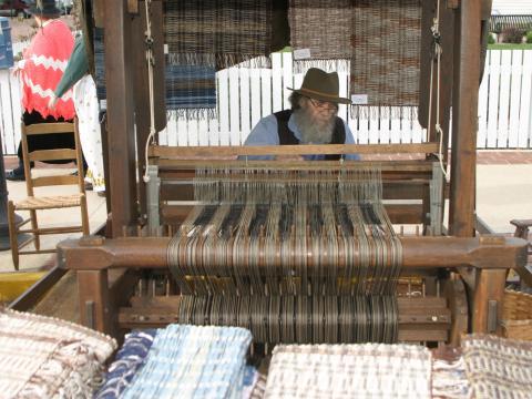フォークライフフェスティバルで織り機を使って作業
