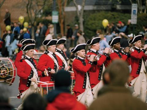 ジョージ・ワシントン生誕記念日ウィークエンドのパレードに参加する横笛奏者や軍楽隊