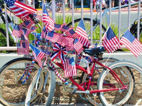 独立記念日を祝して愛国的な装飾がほどこされた自転車