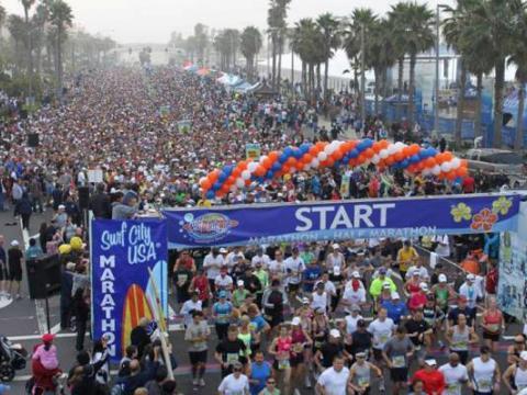 サーフ シティ USA マラソンに参加する多数のランナー