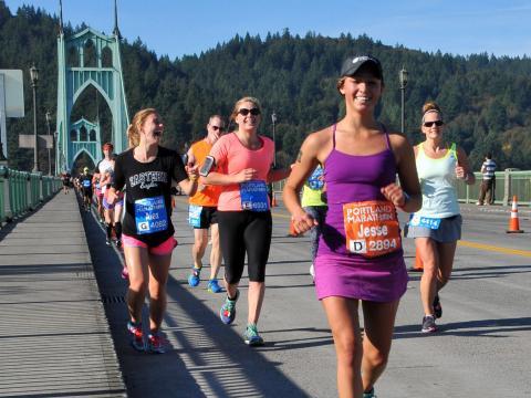 ポートランドマラソンを走る笑顔のランナーたち