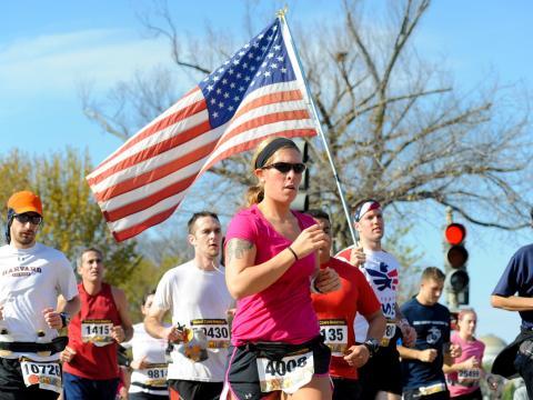 毎年開催されるマリン・コープス・マラソンに参加するランナー