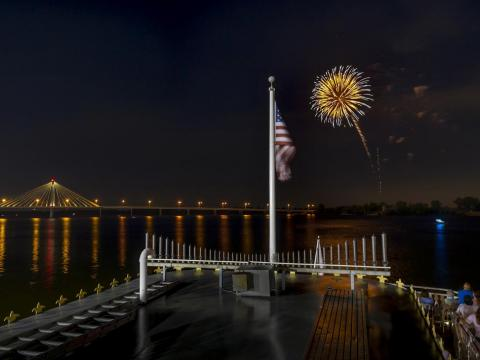 ミシシッピ川の上空に打ち上げられる美しい花火