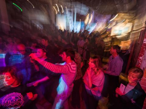 テレインでの地元のアート、音楽などで盛り上がる夜