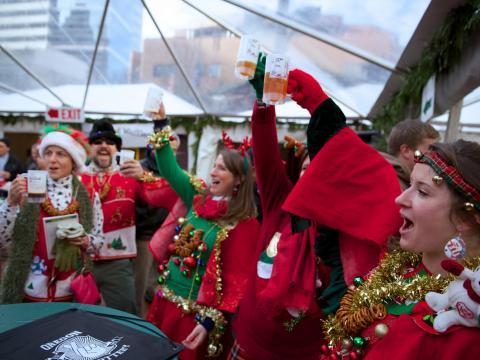 ポートランドで開かれるホリデー・エール・フェスティバルでは、ホリデーシーズンらしい装いで乾杯