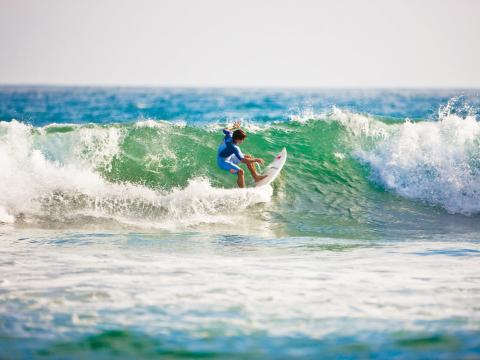 カリフォルニア州の有名な海岸で乗る波