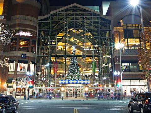 ホリデーシーズンのために飾り付けられたスポーケンのリバー・パーク・スクエア