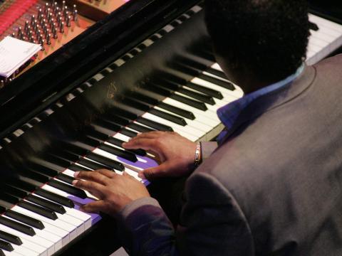 ギルモア・インターナショナル・キーボード・フェスティバルでピアノを演奏