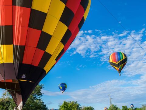 コルテス・ホット・エア・バルーン・ラリーの色とりどりの熱気球