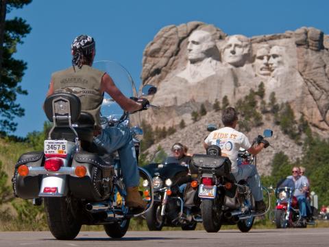 スタージス・モーターサイクル・ラリーの参加者を見下ろす歴代大統領