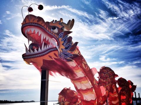 ドラゴン・ボート・フェスティバルで見られる天に触れんばかりの鮮やかな竜