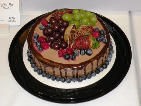 ローガンのバレンタイン・チョコレート・フェスティバルにて、新鮮なフルーツでデコレーションされたチョコレートケーキ