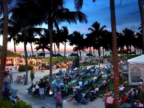 フロリダ州ネイプルズで開かれるサマージャズ・オン・ザ・ガルフのコンサート