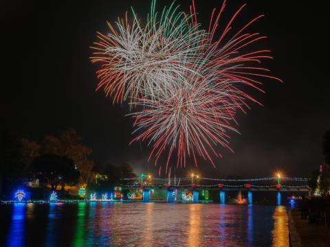 ターン・オン・ザ・ホリデイズ・フェスティバル・オブ・ライツの花火とホリデイシーズンのライトアップ