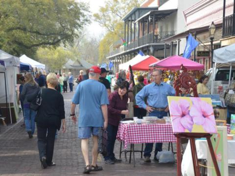 トレイルのマーケットで、他では手に入らない地元のアート作品やギフトのショッピング