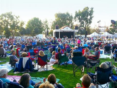 カマリロ・アート・カウンシル主催のサマーコンサート・イン・ザ・パーク・シリーズで野外の生演奏を楽しむ聴衆