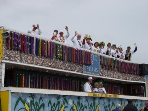 クルー・オブ・ディオニュソス・マルディグラ・パレードに参加する野球をテーマにしたフロート車