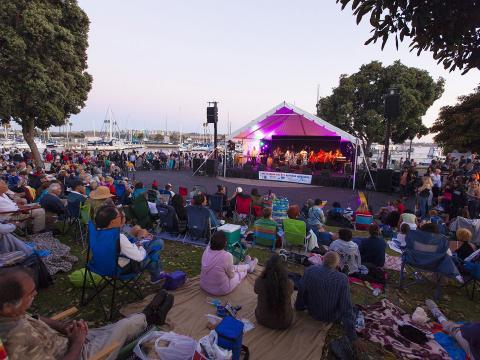 マリナ・デル・レイのサマー・コンサート・シリーズの期間中にライブバンドの演奏を聴く大勢の人々