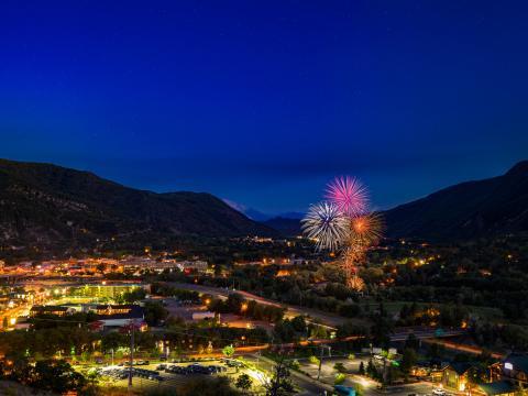 グレンウッドスプリングスの夜を彩る花火