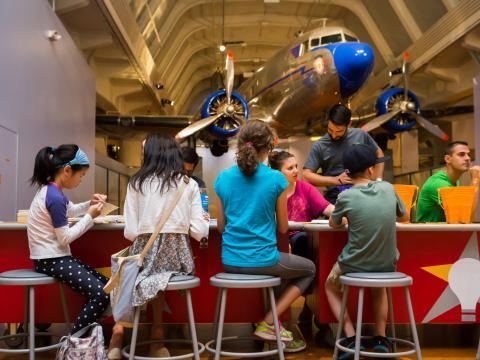 ヘンリー・フォード博物館の「メーカーフェア」でプロジェクトに取り組む子供たち