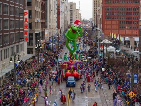 祝祭の日にデトロイトのダウンタウンでアメリカズ・サンクスギヴィング・パレードを見物