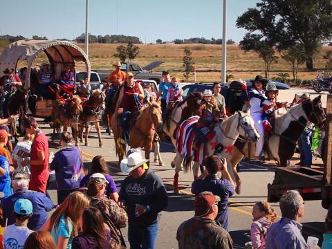 キャメロンで開催されるルイジアナ・ファー・アンド・ワイルドライフ・フェスティバルのパレード