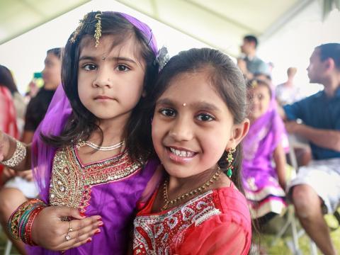 伝統的な衣装を身にまとい、ギルバート・グローバル・ビレッジ・フェスティバルに参加する子供たち