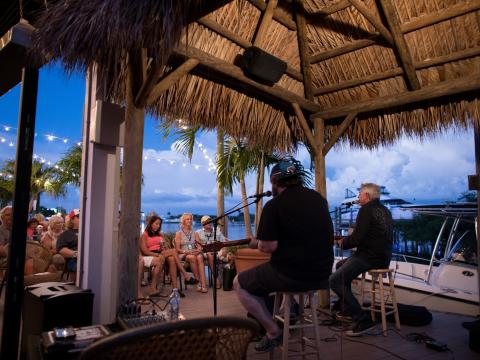 アイランド・ホッパー・ソングライター・フェストの海辺で行われる演奏