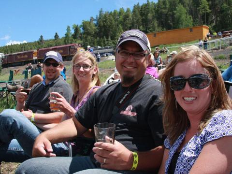 コロラド州アラモサのリオグランデ観光鉄道に乗った後に、レイル&エール・ブリューフェストで楽しむビール