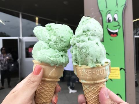 ストックトンのサン・ホアキン・アスパラガス・フェスティバルで味わえるアスパラガス味のアイスクリーム