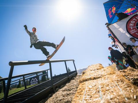 カリフォルニア州ビッグベアレイクのイベント、ホットドーグズ&ハンドレールズでのスノーボード
