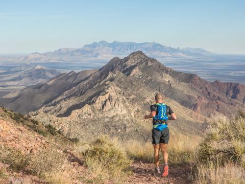 美しい山の風景に囲まれるフランクリン・マウンテン・トレイル・ランの参加者