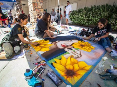テキサス州エルパソのチョーク・ザ・ブロック・フェスティバルで披露されるチョークアートのライブパフォーマンス