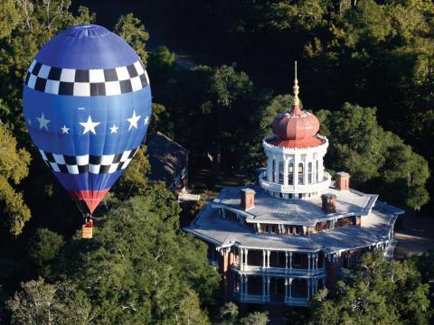 ミシシッピ州ナチェズのロングウッド邸上空に浮かぶ熱気球