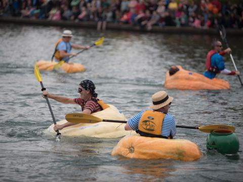 オレゴン州テュアラティンのウェスト・コースト・ジャイアント・パンプキン・レガッタでカボチャのボートを漕ぐ参加者