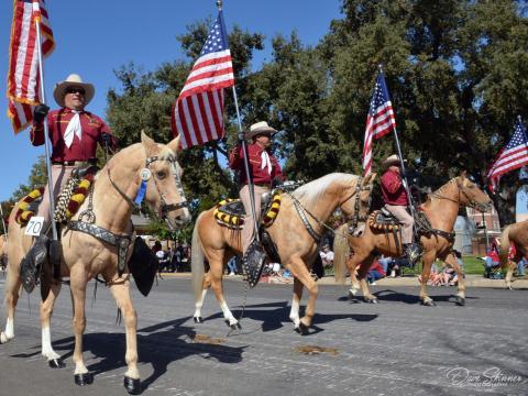カリフォルニア州パソロブレスのパイオニアデイのパレード