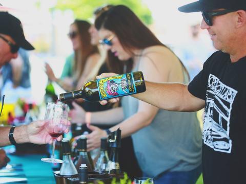 カリフォルニア州パソロブレスで開催されるワイン・フェスティバル・ウィークエンドでワインの試飲