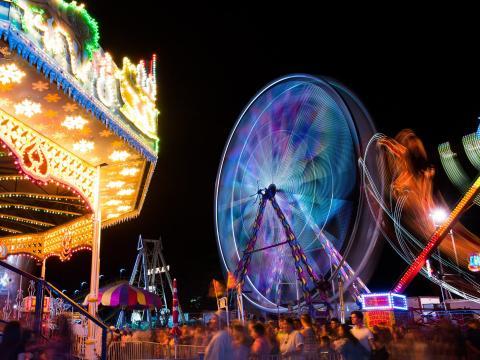 カリフォルニア州パソロブレスで開催されるカリフォルニア・ミッド・ステート・フェアの乗り物