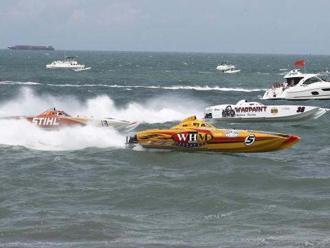 フロリダ州のサンダー・オン・ココアビーチ期間中、大西洋でレースをするスーパーボート
